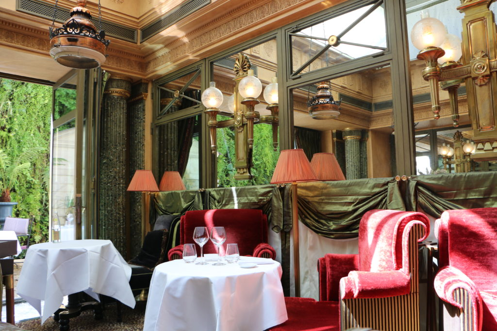 Le restaurant at l´Hotel in Paris