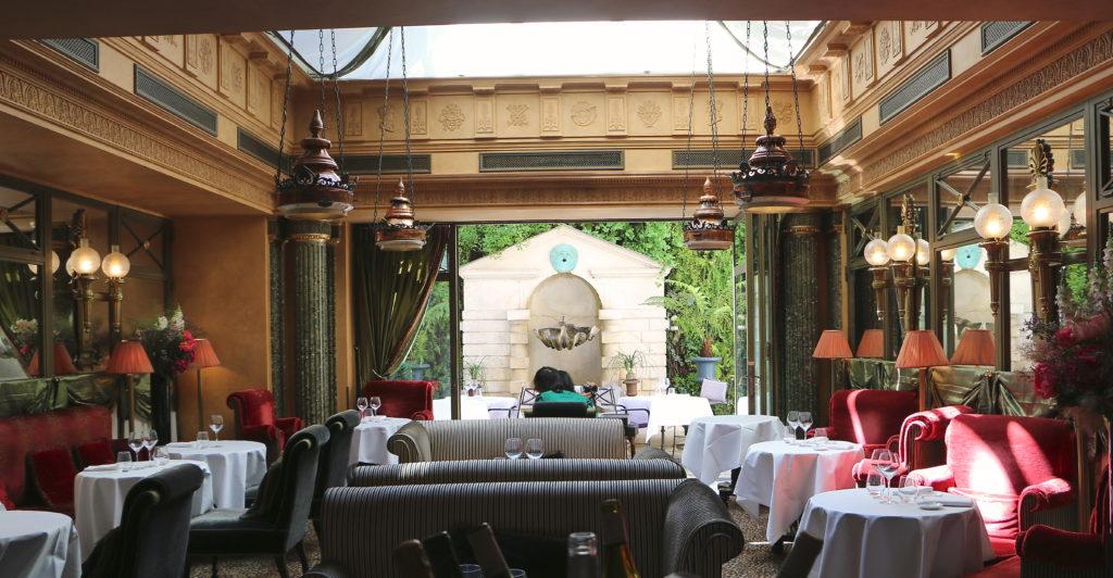 Le restaurant at l´Hotel in Paris